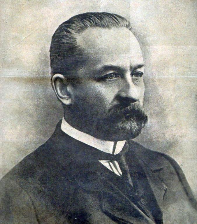 Tras la Revolución de Febrero de 1917, en Rusia se formó un gobierno dirigido por el príncipe Lvov. Durante su mandato se hicieron algunas tímidas reformas que no satisfacieron a los crecientes bolcheviques. Rusia seguía en la I Guerra Mundial y los Soviets cada vez gozaban de más poder. Tras rechazar someterse a los dictámenes de éstos, Lvov dimitió el siete de julio de 1917, siendo sucedido en el gobierno por el intelectual Aleksandr Kérenski, ministro de su gabinete.  Foto de George Shulkin, Museo estatal de la historia política rusa.